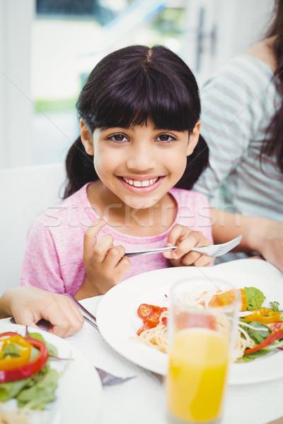 Portret glimlachend meisje vergadering eettafel familie Stockfoto © wavebreak_media