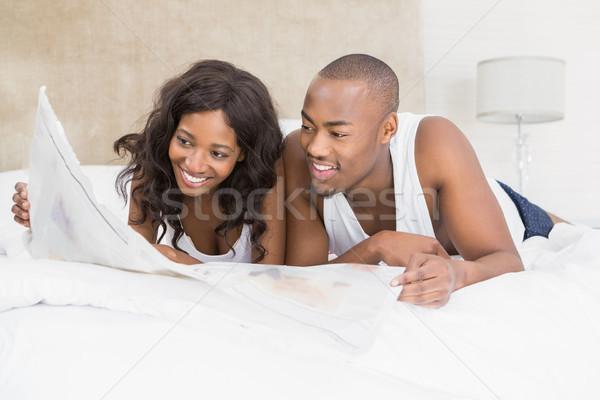 Lettura giornale camera da letto donna home Foto d'archivio © wavebreak_media