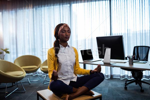 Foto stock: Mujer · de · negocios · yoga · oficina · ordenador · mujer · fitness