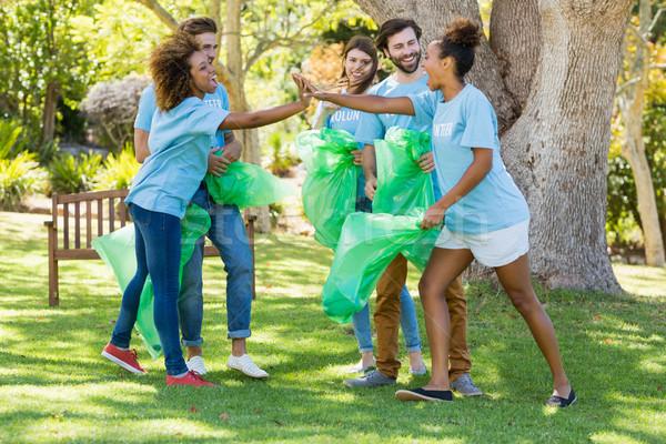 Csoport önkéntes szórakozás gyűjt hulladék park Stock fotó © wavebreak_media