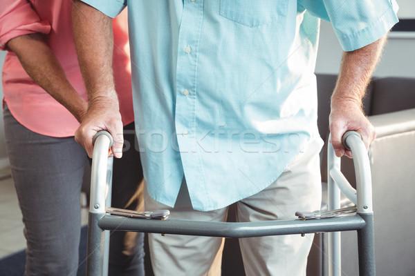 Senior vrouw helpen lopen steun bejaardentehuis Stockfoto © wavebreak_media
