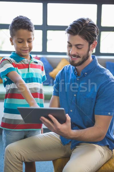 Tanár iskolás gyerek digitális asztal könyvtár iskola Stock fotó © wavebreak_media