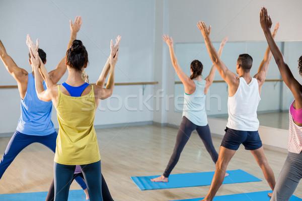 Yoga instructeur helpen student corrigeren pose Stockfoto © wavebreak_media