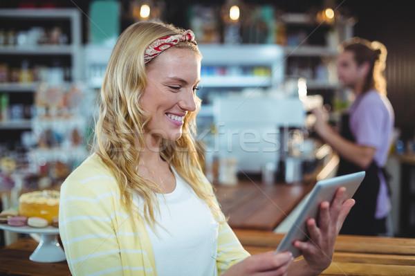 Gülümseyen kadın dijital tablet kadın adam teknoloji Stok fotoğraf © wavebreak_media