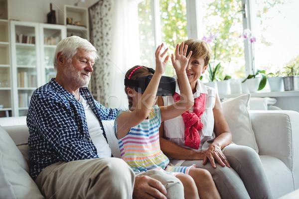 Kleindochter virtueel realiteit hoofdtelefoon grootouders woonkamer Stockfoto © wavebreak_media
