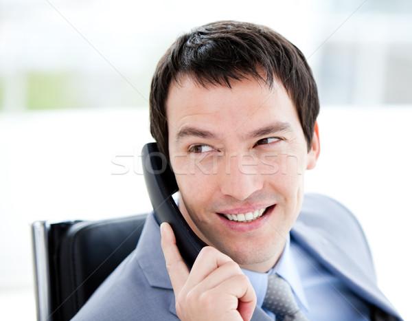 Tolakodó fiatal üzletember beszél telefon iroda Stock fotó © wavebreak_media