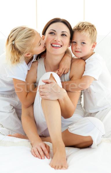 élénk testvérek ölel anya ül ágy Stock fotó © wavebreak_media