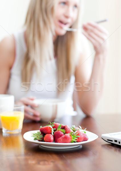 Cute vrouw gezonde ontbijt woonkamer voedsel Stockfoto © wavebreak_media