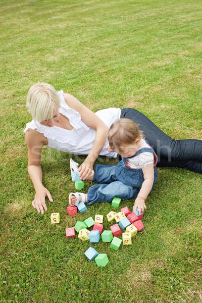 Foto stock: Bonito · mãe · jogar · criança · jardim · verão