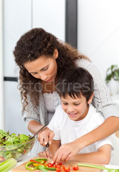 Attento madre aiutare figlio taglio verdura Foto d'archivio © wavebreak_media