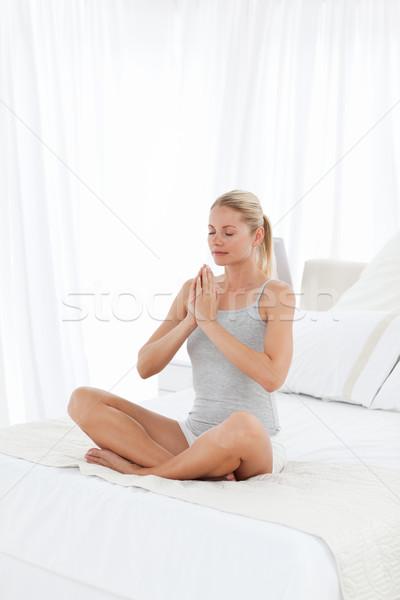 Gyönyörű nő gyakorol jóga ágy otthon mosoly Stock fotó © wavebreak_media