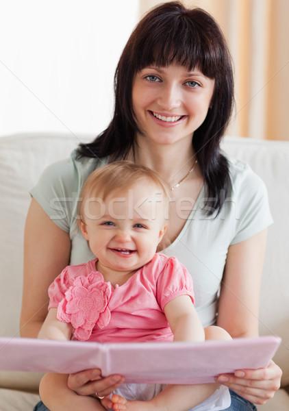 Mujer hermosa bebé libro armas sesión Foto stock © wavebreak_media