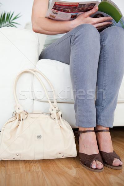 Mujer sofá bolsa revista sala de espera flor Foto stock © wavebreak_media