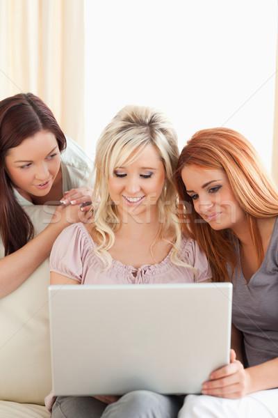 Charmant femmes détente canapé portable salon Photo stock © wavebreak_media