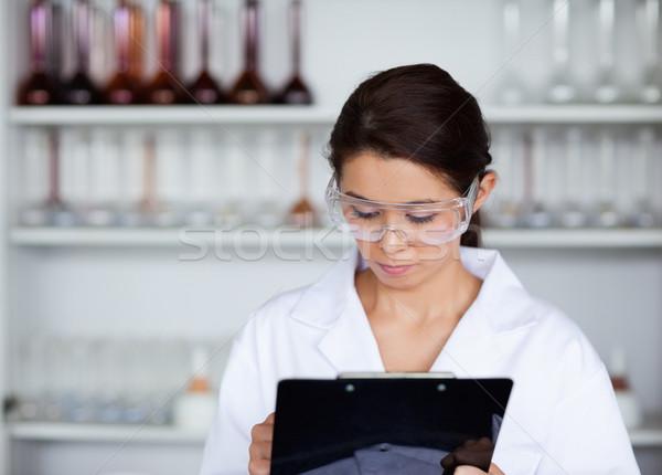 Cientista escrita clipboard laboratório mulher feliz Foto stock © wavebreak_media