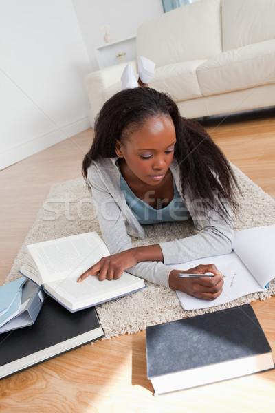 Giovani femminile studente tappeto compiti per casa lavoro Foto d'archivio © wavebreak_media