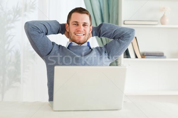 Stok fotoğraf: Gülen · genç · işadamı · geri · yaslanarak · iş · bilgisayar