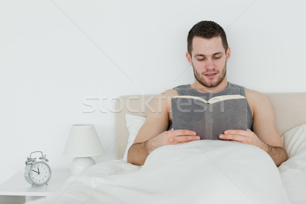 Człowiek czytania sypialni szczęśliwy domu relaks Zdjęcia stock © wavebreak_media