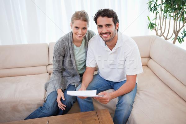 Uśmiechnięty para czytania list salon uśmiech Zdjęcia stock © wavebreak_media