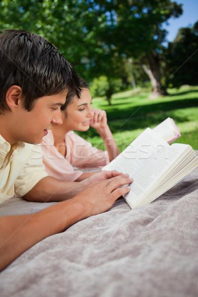 Mujer hombre lectura libros junto gris Foto stock © wavebreak_media