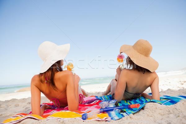 Stok fotoğraf: Arkadan · görünüm · güzel · kadın · güneşlenme · plaj
