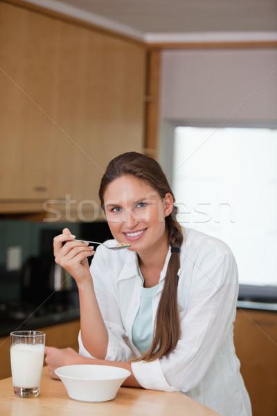 Mujer comer cereales cocina beber desayuno Foto stock © wavebreak_media
