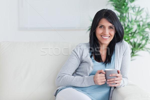 улыбающаяся женщина кружка два рук Сток-фото © wavebreak_media