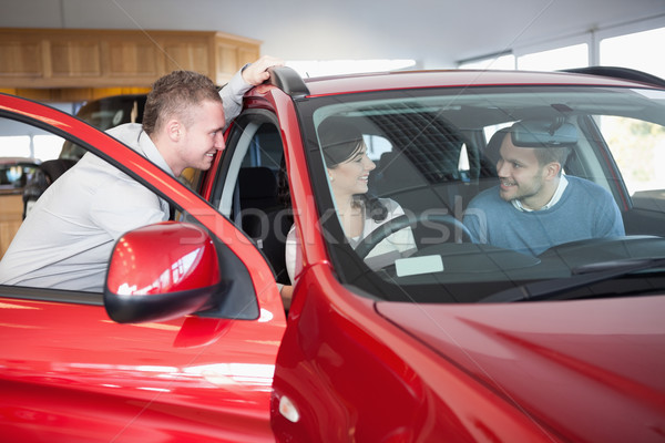 Casal escuta vendedor sessão carro compras Foto stock © wavebreak_media