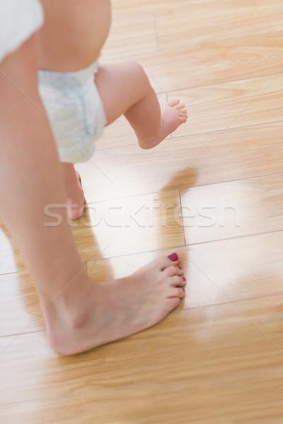 Stok fotoğraf: Bebek · yürüyüş · oturma · odası · kadın · çocuk