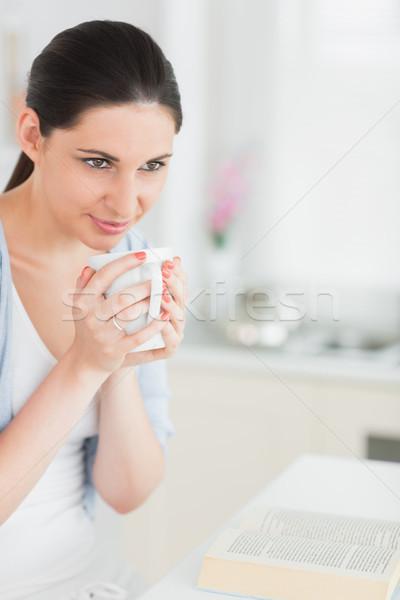 Brunette mug livre salon heureux Photo stock © wavebreak_media