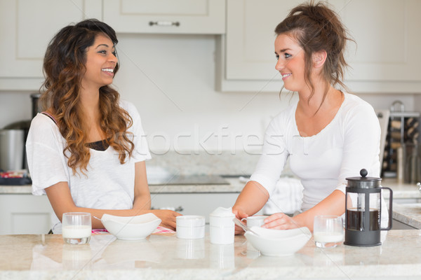 Kettő barátok élvezi reggeli együtt konyha Stock fotó © wavebreak_media