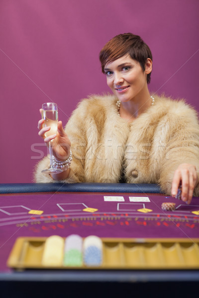 Stok fotoğraf: Kadın · oturma · kumarhane · tablo · içme · şampanya