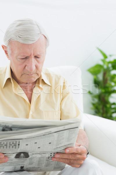 Yaşlı odaklı adam okuma gazeteler kanepe Stok fotoğraf © wavebreak_media