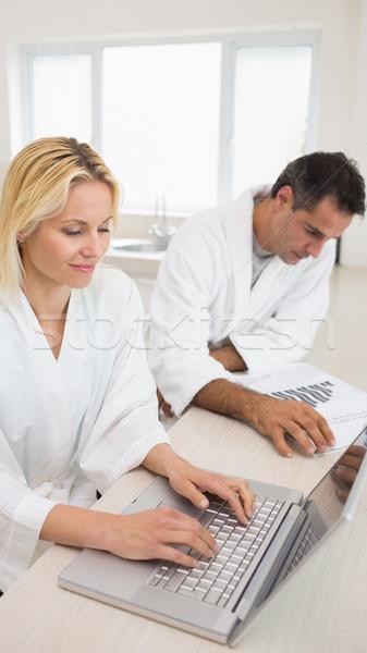 Paar laptop keuken zijaanzicht home Stockfoto © wavebreak_media