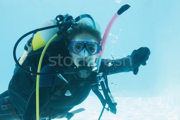 Vrouw scuba opleiding zwembad tonen duim Stockfoto © wavebreak_media