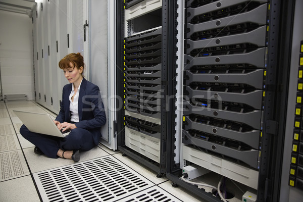 Técnico sessão piso servidor torre Foto stock © wavebreak_media