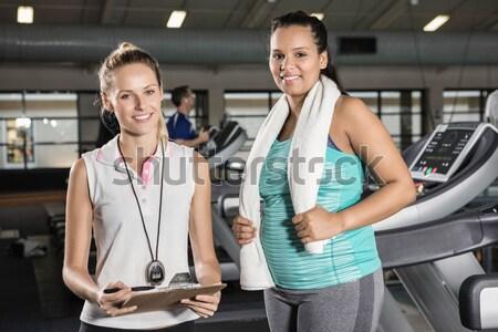 Личный тренер клиент улыбаясь камеры спортзал женщину Сток-фото © wavebreak_media