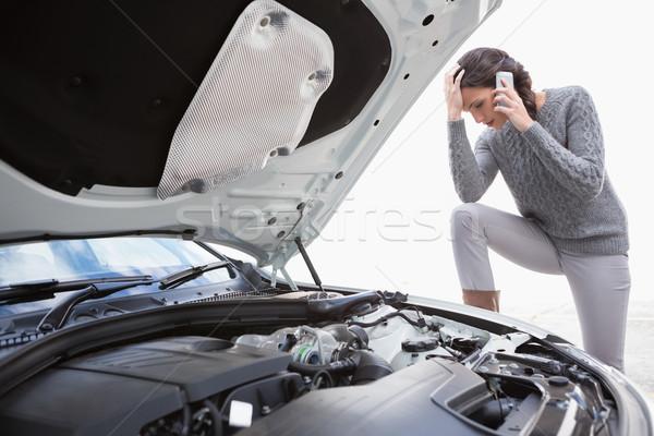 Desesperado mulher chamada para baixo carro Foto stock © wavebreak_media