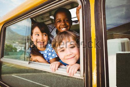 Foto stock: Cute · sonriendo · cámara · autobús · escolar · fuera
