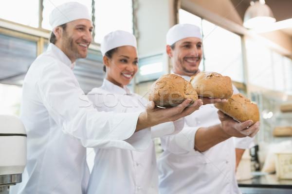 Uśmiechnięty koledzy bochenek chleba kuchnia Zdjęcia stock © wavebreak_media
