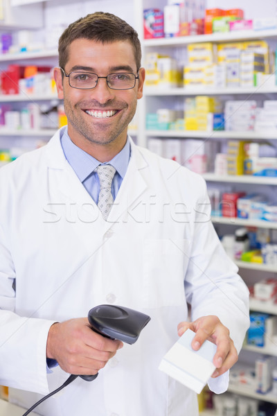 Farmaceuta patrząc kamery szpitala apteki człowiek Zdjęcia stock © wavebreak_media