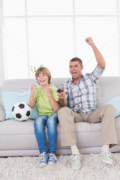 Père en fils célébrer succès regarder football match Photo stock © wavebreak_media