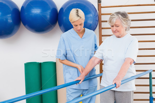 Idős nő sétál párhuzamos rácsok terapeuta Stock fotó © wavebreak_media