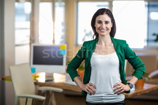 Glimlachend brunette permanente handen heupen witte Stockfoto © wavebreak_media