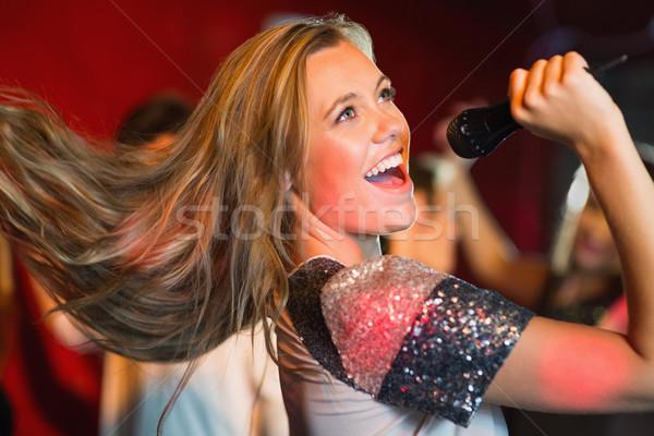 Szczęśliwy śpiewu karaoke strony mikrofon Zdjęcia stock © wavebreak_media