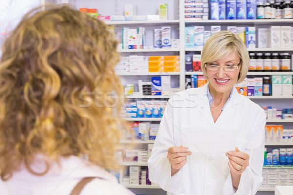 Farmacista guardando prescrizione farmacia medici ospedale Foto d'archivio © wavebreak_media