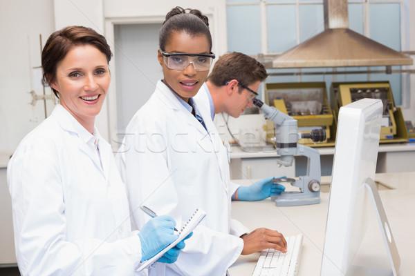 Glimlachend wetenschappers laboratorium computer vrouw Stockfoto © wavebreak_media