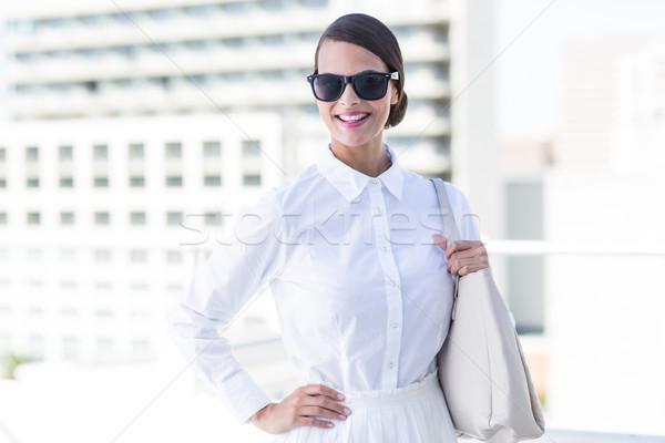 Mooie vrouw naar camera hand heupen buiten Stockfoto © wavebreak_media