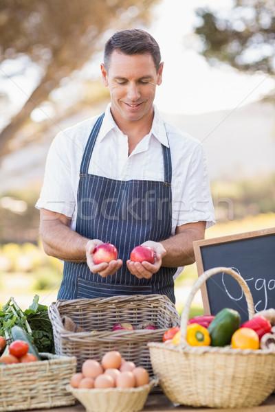 Souriant agriculteur deux rouge pommes Photo stock © wavebreak_media