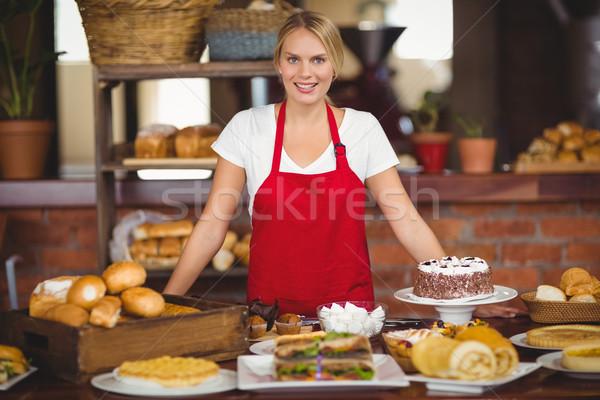 Bastante camarera alimentos mesa retrato Cafetería Foto stock © wavebreak_media